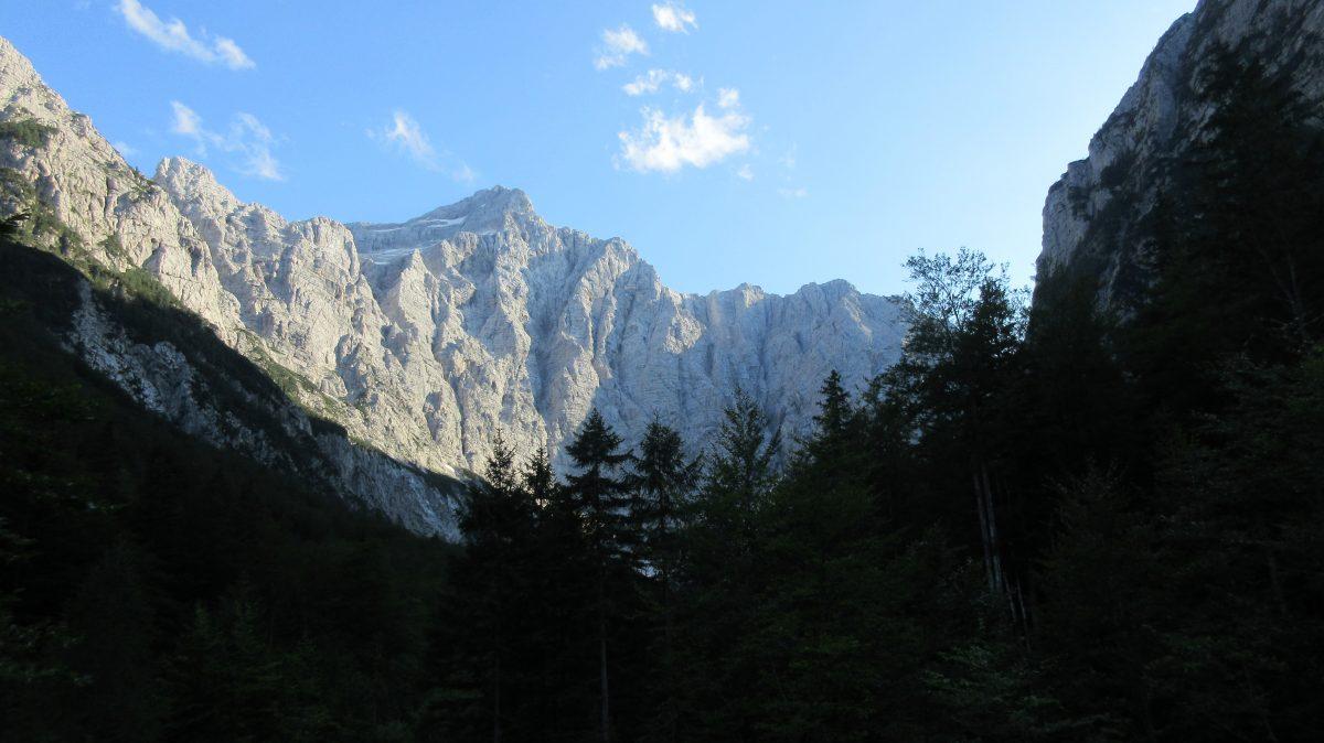 Tag 3  – Auf der Via alpina durch Slowenien, Italien und Österreich: von der Hütte Koča na Doliču  zur  Aljažev dom Vratih